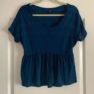 American Eagle blue flowy blouse w flower accents